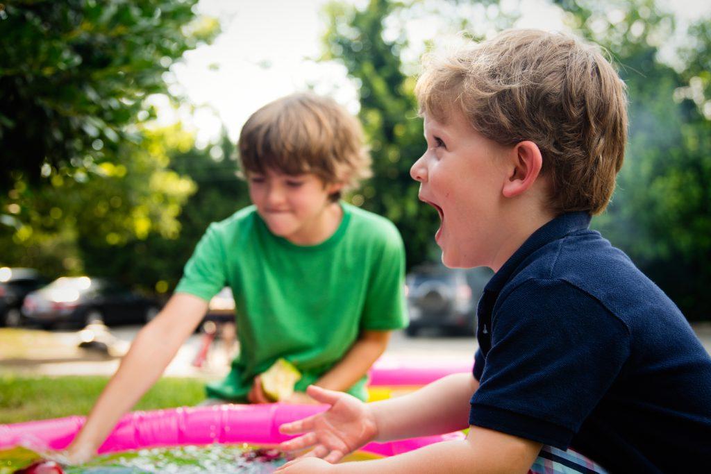 Rechtenvrije foto van spelende jongeren.